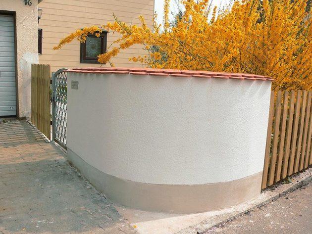 Mauern einer neuen Gartenmauer