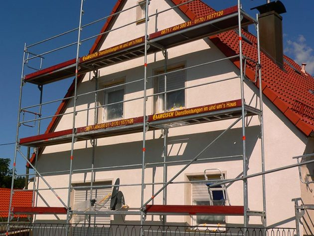 Renovierung einer Fassade mit Gerüst