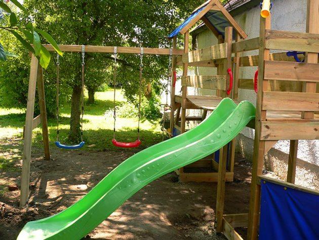 Montage von einem Kinderspielplatz
