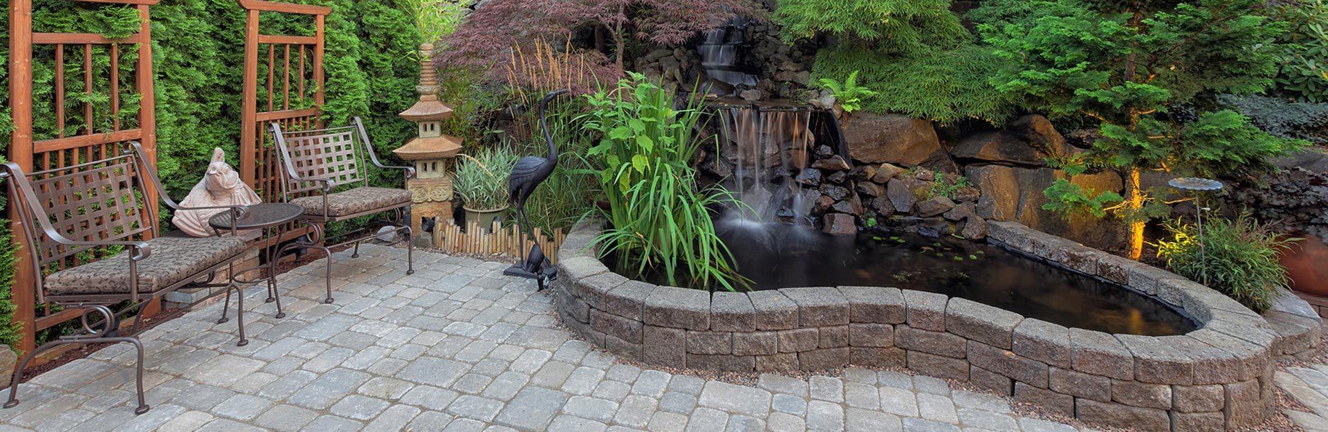 Garten mit Teich und Pflaster