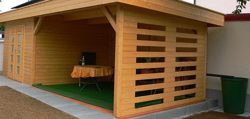 Gartenhaus mit überdachter Sitzgelegenheit